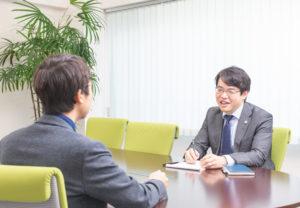 弁護士事務所羅針盤の本田弁護士への相談風景